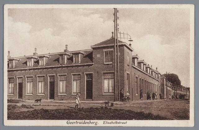 058175 - De Elisabethstraat van de andere kant gezien. De huizen werden, na eerst gerenoveerd te zijn, in 1975 afgebroken. Op deze plaats verscheen een moderne scholengemeenschap