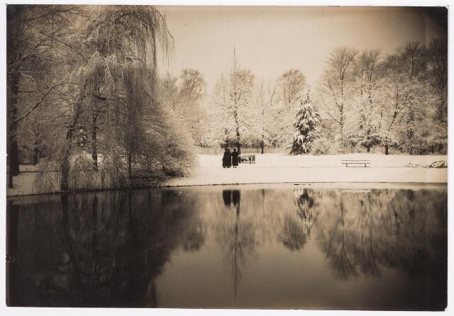 035116 - Zich vanaf de kiosk over de vijver van het Wilhelminapark tijdens de winter van 1927