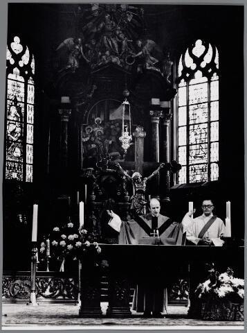 065435 - Priesterkoor kerk H. Dionysius (parochie Heike) tijdens een H. Mis.