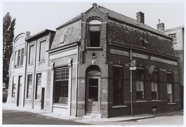024476 - Links de voormalige drukkerij Bergmans aan de Korte Tuinstraat. Het hoekpand kende vele functies, onder andere een winkel in snuisterijen, de Winckel van Sinckel