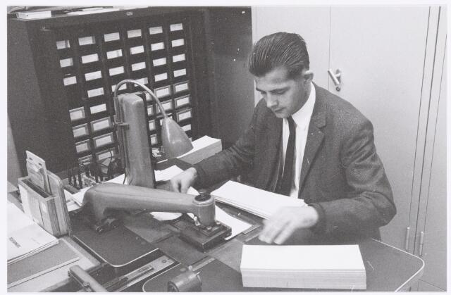 039421 - Volt, Hulpafdelingen, Administratie. Adrie Swinkels, medewerker op de drukkerij, hier achter de adresseermachine (Adrema) op locatie complex Zuid. Ca 1960?