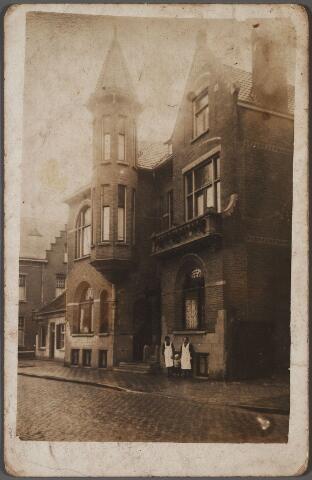 011221 - Op de plaats van dit pand, Wilhelminapark 124, stond rond 1900 het pand K266 bewoond door leerlooier Martinus Adrianus Castelijns die er op 9 februari 1910 overleed. Na de sloop van het oude huis werd ter plaatse een nieuw pand gebouwd onder architectuur van Cornelis J.M. Kocken. De bouwvergunning werd afgegeven op 1 juni 1910. Opdrachtgever was arts Anthonij H.L.E. Piters. Links van het torentje had Piters zijn praktijk. Piters betrok het pand in november 1911 en woonde eerder op het adres Wilhelminapark 121. Hij werd geboren te Eisden op 28 augustus 1868 en was getrouwd met Antonia C.J. Berben, geboren te Ravenstein op 27 maart 1869. Bij K.B. van 3 februari 1920 nr. 35 mocht Piters zijn achternaam veranderden in Piters van Steenhuijsen, maar hij woonde toen niet meer aan het Wilhelminapark: in 1919 verhuisde het gezin naar de Goirkestraat. De volgende bewoner was Francois Antoine Bruyelle, geboren te Roermond op 26 april 1863. Zijn beroep was meelfabrikant en 'chemisch wasscher'. Bruyelle overleed hier op 24 februari 1923, waarna zijn familie het pand verliet. Schoenfabrikant  Augustinus H.C. Mannaerts betrok het pand na zijn huwelijk in 1924 met Josephina G.M. Keijzer. In 1961 verliet de familie Mannaerts het pand in de persoon van Johannes A.D.J. Mannaerts. De volgende bewoner was weer een arts: J.F. Sintnicolaas.