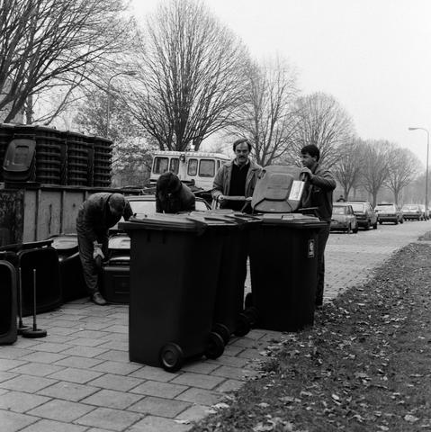 1237_010_724_002 - Uitdelen van de nieuwe containers Reitse Hoevenstraat.
