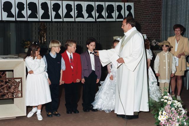 1237_002_285-2_006 - Religie. Rooms Katholieke Kerk. Pius X parochie . Communicanten  stellen zich voor.