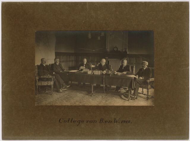 103368 - College van B. en W. 1915. vlnr: burgemeester Vonk de Both, wethouder Akkermans, wethouder Bergmans, burgemeester Raupp, wethouder Goyaerts, gemeentesecretaris Van Roessel.