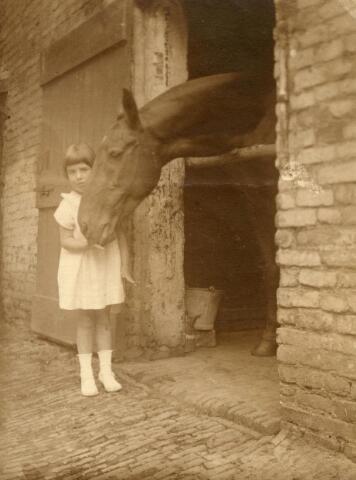 600630 - Alinetje Kolfschoten met paard, waarschijnlijk Ready.  Kasteel Loon op Zand. Families Verheyen, Kolfschoten en Van Stratum