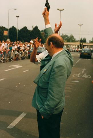 653071 - Wielrennen. Profronde van Nederland. Wethouder Jan Timmermans geeft het startschot op de Heuvelring.