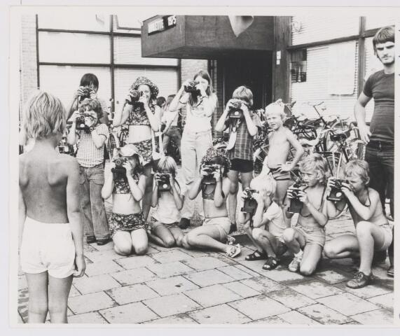 081803 - S.K.W. Vakantiekinderwerk Rijen. Groepje kinderen voor de Boemerang gewapend met een fototoestel tijdens de voorlaatste Roulettedag