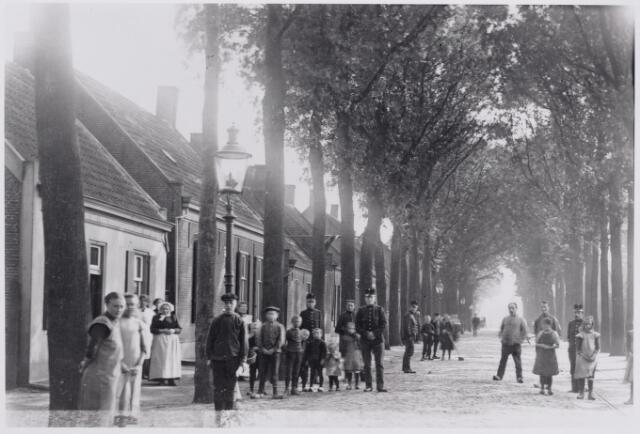 046600 - Tilburgseweg. Links het woonhuis van de familie de Bont-Wouters. Bij het huis, met muts, Elisabeth Wouters geboren te Hoogeloon op 29 maart 1851 weduwe van Hubertus de Bont, overleden te Goirle  19 oktober 1917.