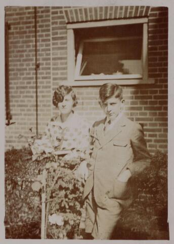 049096 - Ernestina Antonetta Maria (Ernestine) de Beer, geboren te Tilburg op 26 december 1909 en haar broer Paul Lambert Maria (Paul) de Beer, geboren te Tilburg op 20 augustus 1912, kinderen van Lambert Th.M. de Beer en Theresia C.H.M. Eras.