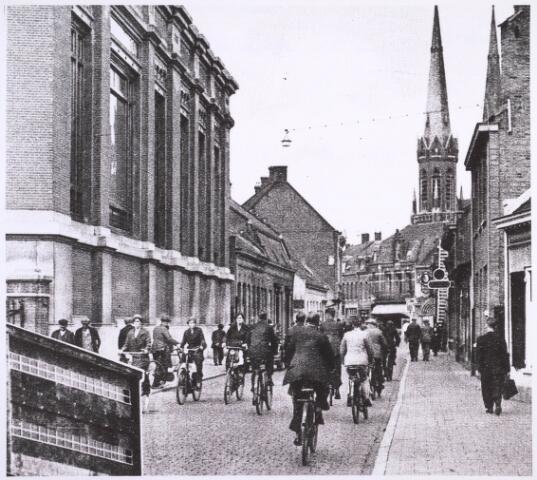 023291 - St. Josephstraat omstreeks 1934. Links op de voorgrond  het ketelhuis van textielfabriek Beka en op de achtergrond de huidige Korte Heuvel