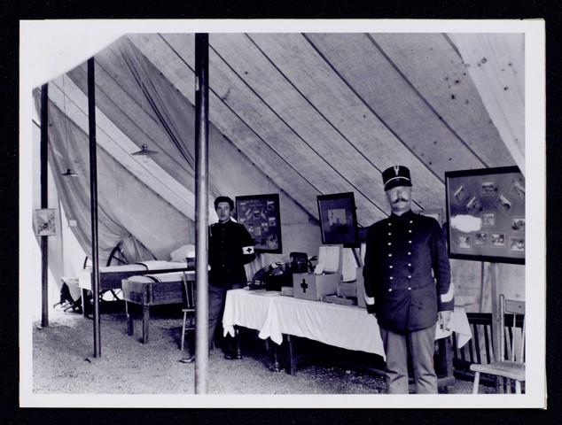 1696094 - Het Nederlandse Rode Kruis afdeling Tilburg. Het veldhospitaal van het Rode Kruis ingericht door het departement van oorlog op het tentoonstellingsterrein 'Tilburg stad 1809-1909'.