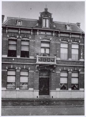 018609 - Rijksmonument. Gasthuisstraat, nu Gasthuisring nummer 37, woning van Bernard Pessers. Dit statige, tweelaagse herenhuis werd in 1905 gebouwd.