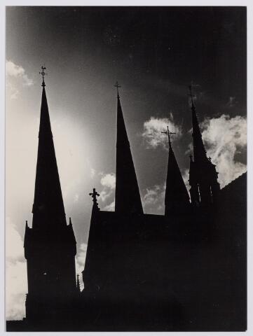 045079 - Silhouet van de St. Jozefkerk aan de Heuvel.