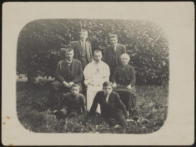 603686 - Familie de Cocq. Zittend van links naar rechts Lambertus P.A. de Cocq (Tilburg 1877-1949), pater Silvester, geboren als Antonius F. de Cocq (Tilburg 1887-Hilvarenbeek 1944) en Cornelia W. de Cocq-van de Kerkhoff (Tilburg 1877-1960), echtgenote van Lambertus. Lambertus en Antonius waren zoons van Johannes B.H. de Cocq en Hendrika Smeulders.  De vier jongens zijn (waarschijnlijk kinderen van het echtpaar De Cocq-van de Kerkhoff.