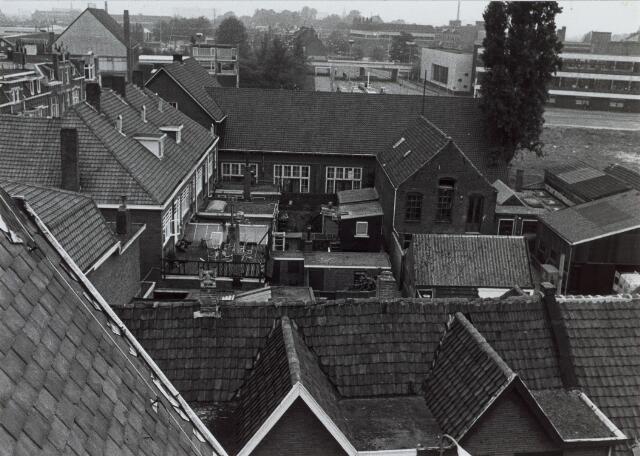 014028 - Tuintjes van huizen in de Acaciastraat en Elzenstraat. Foto genomen vanuit het Ursulinenklooster aan de Elzenstraat, in de richting van de Gasthuisring. Op de achtergrond in het midden de spoorwegovergang