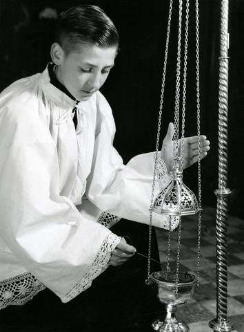 602754 - Misdienaar met wierookvat in de kapel van kostschool De Ruwenberg, ca 1960