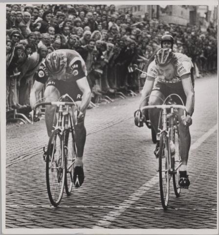 083529 - Acht van Chaam. Vlnr. Tino Tabak (winnaar) en Joop Zoetemelk