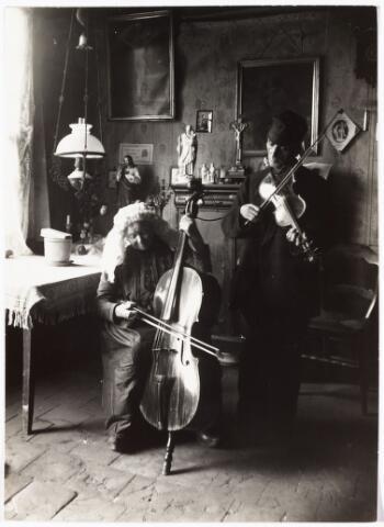 008516 - Muziek. Het echtpaar Jansen, in de volksmond beter bekend als Mie de Fiedel mee d´rre meens, Maria Cornelia van den Dries (1853-1930) en Franciscus Jansen (1858-1933). Het echtpaar trouwde op 19-10-1898 en woonde in de Van Sonstraat. Hij was huiswever. Met cello en viool waren zij vaak aanwezig op bruiloften en kermissen. Foto door Henri Berssenbrugge (1873-1959) begin 1900.