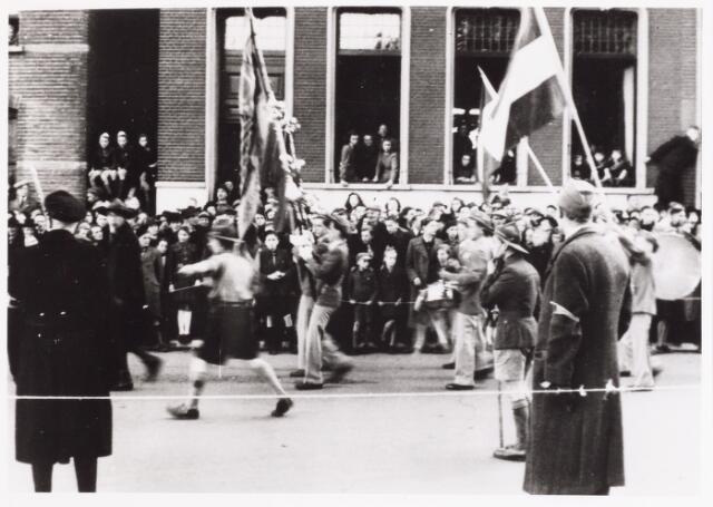 012615 - WO2 ; WOII ; Tweede Wereldoorlog, Bevrijding. Leden van de verkennerij zijn behulpzaam bij het begeleiden van  de stoet deelnemers aan het defilé op 4 november 1944, zoals hier in de Paleisstraat