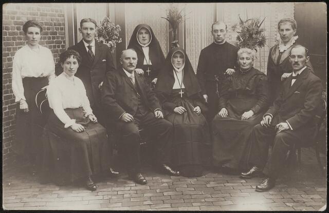 603703 - De familie Thijs-de Beer, gefotografeerd ter gelegenheid van de professie van zuster Padua Thijs.   Zittend van links naar rechts Antonia M.A. (Tilburg 1886-Waalwijk 1935), vader Hubertus Johannes Thijs (Tilburg 1859-1920), Johanna Maria Thijs , later zuster Maria Padua (Tilburg 1893-Diessen 1936), moeder Maria M. Thijs-de Beer (Tilburg 1856-1921), Henricus P.M. Thijs (Tilburg 1889-1983).  Staand van links naar rechts Carolina Maria Thijs (Tilburg 1892-1985), Thomas J.M. (Tilburg 1894-1959), Maria A.W. , zuster Huberta (Tilburg 1885-?), Gerardus F.J., broeder Bertrandus (Tilburg 1891-Breda 1964) en Wilhelmina U.A. (Tilburg 1887-1973).  Eén kind ontbreekt op deze foto, de benjamin van het gezin overleed in 1911;  Antonius J.F. (Tilburg 1899-1911).