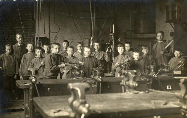 602077 - Onderwijs. Opleiding tot smid aan de Ambachts- en Industrieschool aan de Spoorlaan.