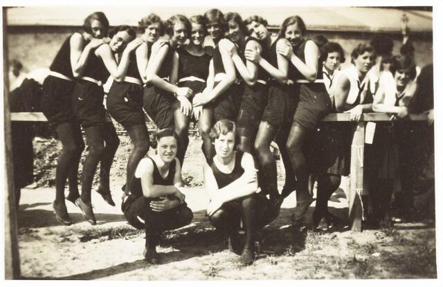 052868 - Sportver. Volt, afd. gymnastiek en atletiek rond 1935. Zijn de dames rechts met witte blouses van Volt? Of die met de zwarte kleding ook ? Hoewel die dragen niet het stropdasje. Beide soorten kleding kwamen voor bij Volt. Locatie onbekend.