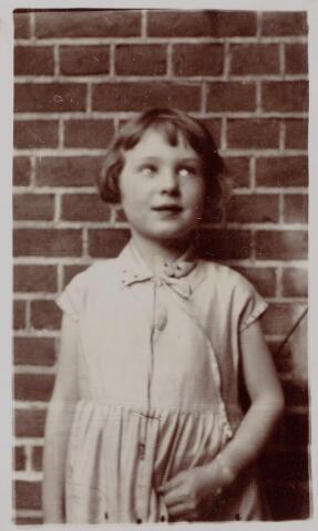 044408 - Marie Louise Thérese Anne de Beer geboren te Tilburg op 26.7.1923 dochter van Norbertus A.L.M. de Beer en Maria L.C.A. Kerstens.
