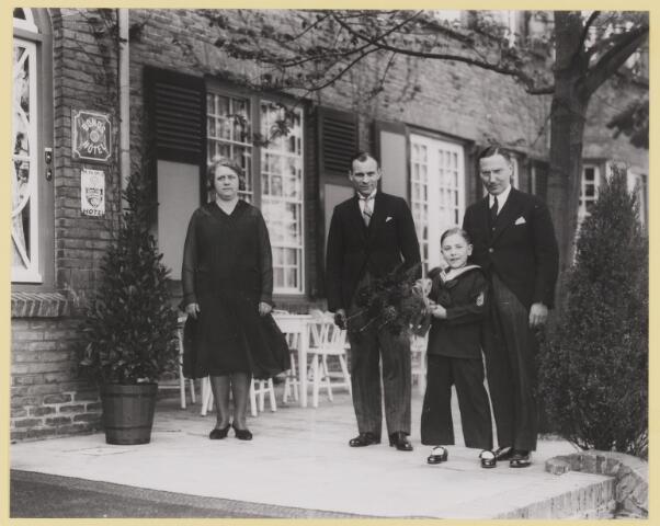 077242 - Het ontvangstcomité voor Koningin Emma.voor de ingang van hotel Bos en Ven.  Koningin Emma bezoekt Oisterwijk en overnacht in het hotel.