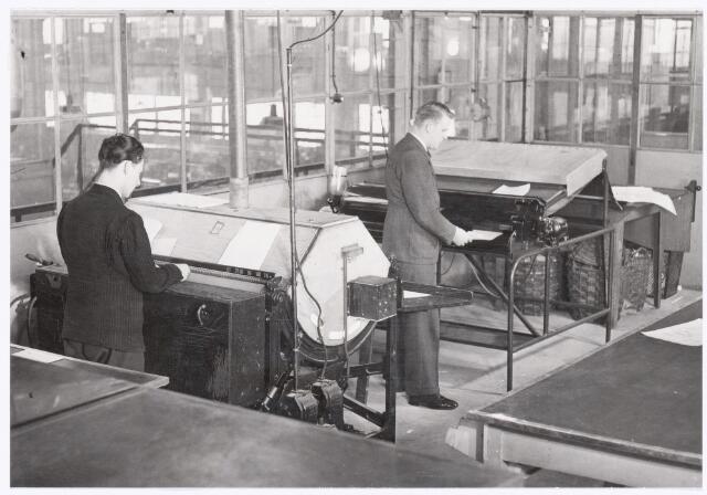 039472 - Volt, Technische Afdelingen. De Lichtdrukkerij voor het kopieëren van tekeningen omstreeks 1948. De locatie was het bordes van de Gereedschapmakerij/ Metaalwaren gebouw M ( oost-zijde ) op complex Zuid. Voltstraat heette toen nog Nieuwe Goirleseweg.