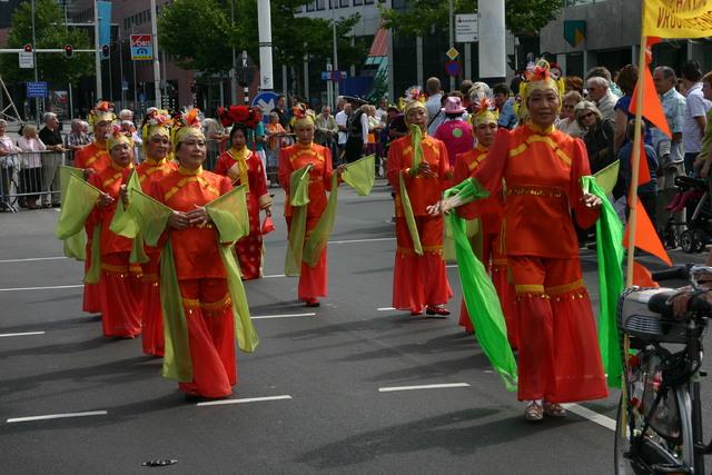 657338 - De T-parade. Een kleurrijke multiculturele optocht door het centrum van Tilburg. De vele culturen van Tilburg worden getoond.