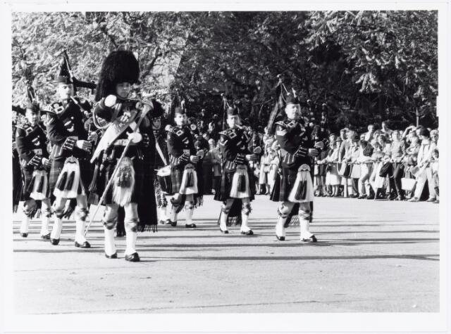 043333 - Op het Paleisplein vonden op 27 oktober 1984 festiviteiten plaats rond de viering 'Tilburg 40 jaar bevrijd'. Hier een optreden van het Schotse pipercorps The Gordon Highlanders.