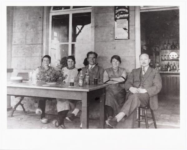 007955 - Terras café Peerke van de Staak Reeshofweg 1 rond 1930. Peerke werkte als meesterknechtop een steenfabriek toen hij rond 1910 de uitspanning huurde van de Heidemij. Op 18 mei vertrok hij met zijn gezin naar Oirschot. Op 7 juni keerde hij terug. al die tijd bleef het café leeg staan. Na terugkomst werd het pand gekocht van de Heidemij. Later werd het bedrijf overgenomen door zijn zoon M.H. van de Staak.