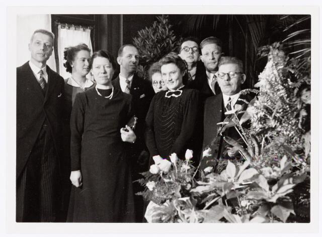 037865 - Textiel. Viering 50-jarig bestaan stoomververij en chemische wasserij  De Regenboog. Links verfmeester G. Roijers, tweede van rechts (achter man met bril) bedrijfsleider A. Bakker.