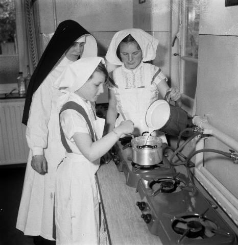 050569 - Meisjesschool  missiezusters St. Willebrordusplein 4, Tilburg.
