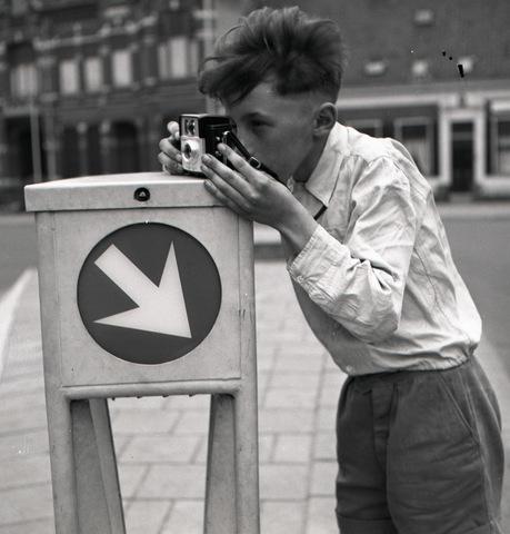 654728 - Spelend kind met camera.