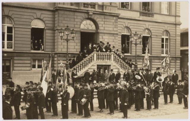 103411 - 12 1/2-jarig ambtsjubileum van burgemeester mr. dr. F.L.G.Z.M. Vonk de Both. Defilé door een harmonie.