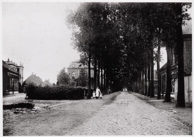 """046625 - Tilburgseweg richting Tilburg. Links de Kloosterstraat. De Tilburgseweg, toen nog een keiweg, werd in de volksmond """"de kaaien' genoemd.  De splitsing met de Kloosterstraat heette toen de """"Van de Lisdonkspie"""". Deze spie was in 1895 eigendom van de gemeente geworden, wat leidde tot een verbreding van de ingang van de Kloosterstraat. Tijdens de Eerste Wereldoorlog stond op dit punt een keukenwagen, waar gekookt werd voor de in Goirle ingekwartierde militairen."""