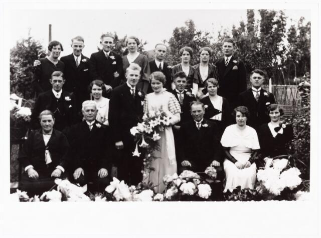007903 - Trouwfoto Antoon Schijvens en Nelly Mommers, Tilburg 26-6-1933. Op de eerste rij v.l.n.r. franciscus Cornelis Schijvens en zijn vrouw Adriana Louisa Haans, ouders van de bruidegom, het bruidspaar Kees Mommers, vader van de bruid, Jet Mommers en Mien van de Aker. Staande op de tweede rij v.l.n.r. Jos Mommers, Fien Kruijssen, Piet Moeskops, Miet en Tinus Schijvens. Op de laatste rij v.l.n.r. Bertha Brekelmans, Jo Schijvens, Sjef Hoofs, Cor Schijvens, Piet van Gorp, Wil Mommers, Sjaan Mommers en Ton Jansen.