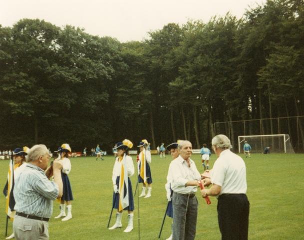 800081 - Voetbal. Opening van de nieuwe tribune van voetbalvereniging Taxandria in Oisterwijk. Fotograaf G. Creusen overhandigd het fotoalbum (waaruit de serie foto's van de aanbouw van de tribune komen).