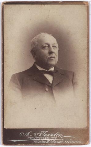 004394 - Henri van GROENENDAEL (1833-1921) werd als zoon van een muzikale vader in Tilburg geboren. Evenals zijn vader is hij 'klokkenrepareerder'. Hij speelt mee in de N.K. Harmonie, eerst als altist, later speelt hij trompet. Daarnaast neemt hij in 1874 bij harmonie Orpheus het dirigeerstokje over van J.J. Krever. Vanaf 1868 is hij met laatstgenoemde aan de muziekschool van het Goirke verbonden voor de instrumentale lessen. In 1884 gaat hij weg bij Orpheus en legt er ook zijn onderwijstaak neer. Vermoedelijk is hij in 1882 zijn collega Krever in dezelfde hoedanigheid bij de muziekschool van Kerk en Heuvel opgevolgd. Vervolgens is hij ook nog dirigent van de fanfare Moed en Volharding in Udenhout. Voor eigen rekening begint Van Groenendael in 1886 met een zangschool voor meisjes. Naar getuigenis van een van zijn leerlingen heeft hij velen vertrouwd gemaakt met het gregoriaans en met 'transpositie' zingen. Als hij bijna 74 jaar is, hangt hij zijn lier aan de wilgen, en wordt de muziekschool van Kerk en Heuvel opgeheven. Henri van Groenendael was getrouwd met Helena Tops (1835-1899).