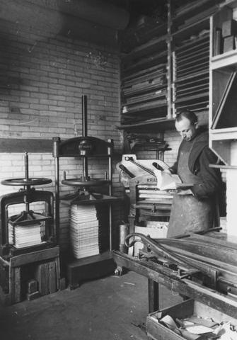 105271 - Monnikenleven Broeder Laurentius in de drukkerij van deSint Paulusabdij. Kloosters