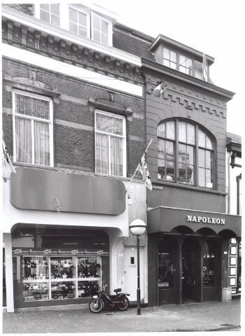 022013 - Fotohandel Filmpost (links) en juwelier Napoleon aan de Heuvelstraat tegenover de Oude Markt