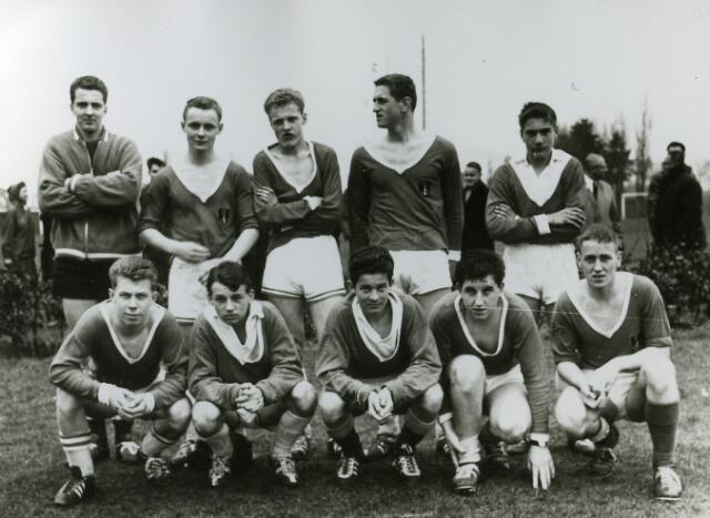 092069 - Team van de St. PAULUS-HBS tijdens het Paas-Voetbaltoernooi 1963.