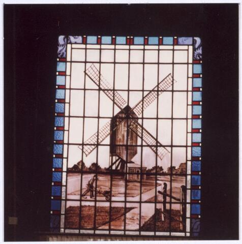 017143 - Glas-in-loodraam uit 1933 van een molen afkomstig uit een café De Meulen dat stond op de kruising Capucijnenstraat - Paterstraat - Meelstraat. Het bevindt zich thans in het voormalig Katholiek Militair Tehuis, nu buurthuis St.-Anna