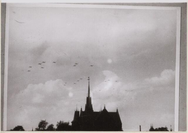 100615 - WO2 ; WOII ; Tweede Wereldoorlog. Luchtlandingstroepen tijdens de bevrijding.