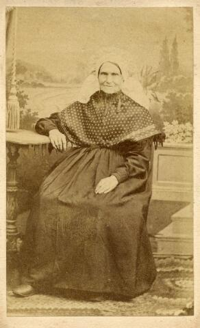602920 - Onbekende dame in Brabantse klederdracht, gefotografeerd in het atelier van C. J. van Damme.