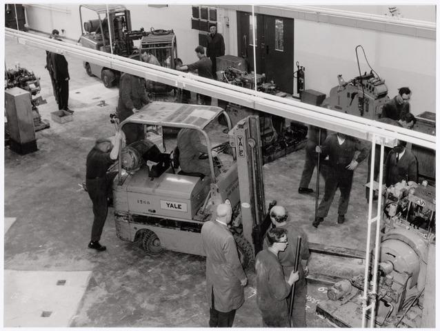 039027 - Volt. Zuid. Noord. Productie of fabricage  van onderdelen in afd. metaalwaren bezig met de verhuizing van zuid naar noord in 1979. Rechts bovenaan Willem Knotter en op de voorgrond de twee kalende heren Willem Laurijssen en Kees Brokken.