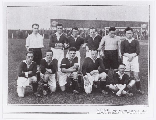 054182 - Sport. Voetbal. NOAD. Het elftal van M.V.V. uit Maastricht, dat op bezoek was bij Noad.  Reproductie uit Brabantse Illustratie