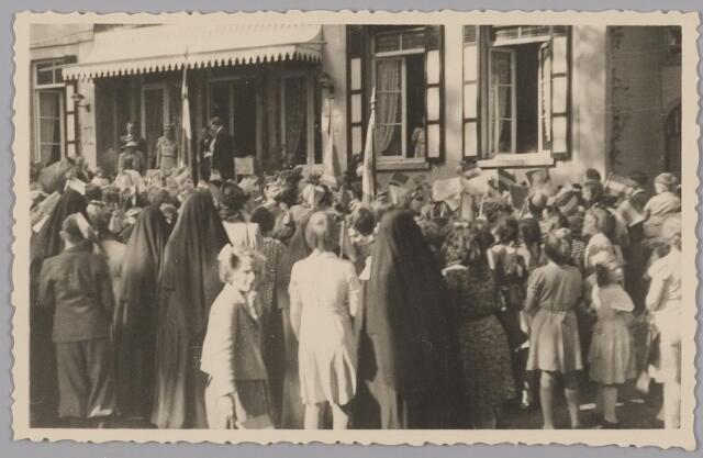 083562 - WOII; WO2; Hulde aan Koning Leopold en aan Koningin Wilhelmina die evenals prinses Juliana staan op bordes Landgoed Anneville (na bevrijding in 1945 van Zuid-Nederland)